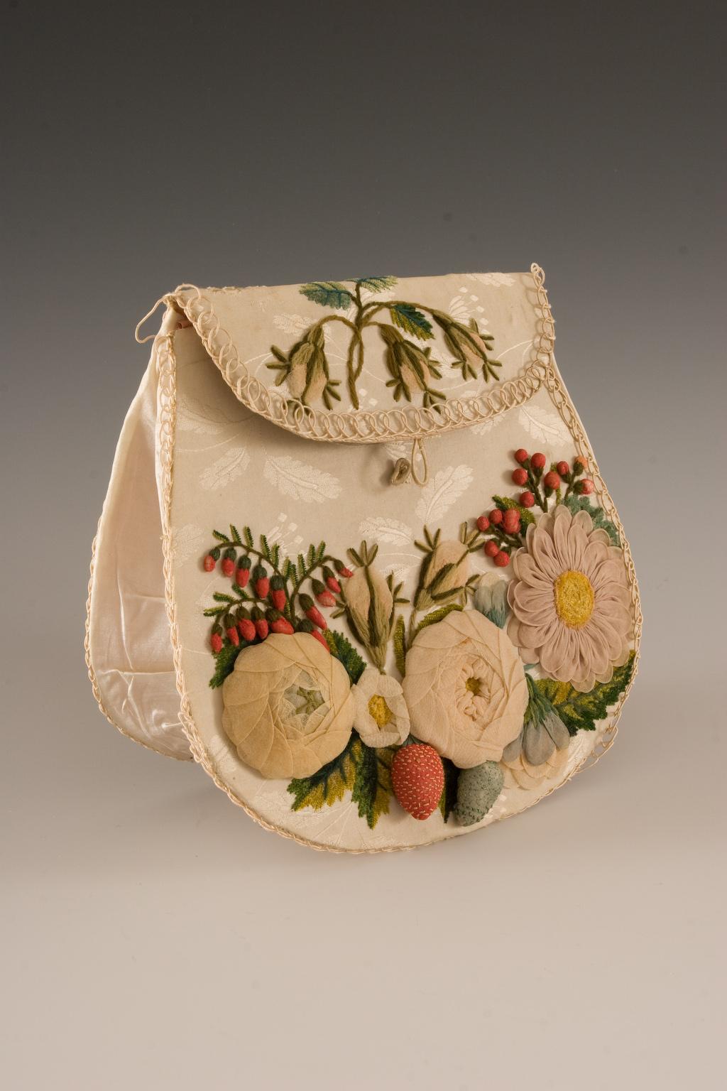 Torebka zdobiona kwiatami i owocami z gazy, Polska, około 1820 – 1830